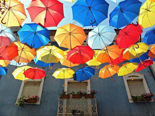 چترهای رنگارنگ شناور در خیابان ها پرتغال