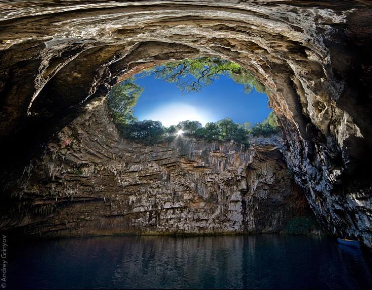 دریاچه با شکوه در غار ملیسانی، یونان