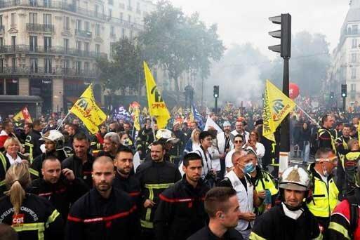 درگیری پلیس فرانسه با آتش نشان های معترض در پاریس
