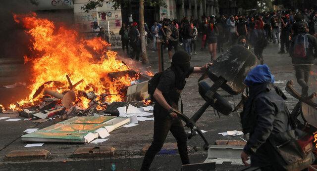 معترضان دانشگاهی را در شیلی به آتش کشیدند