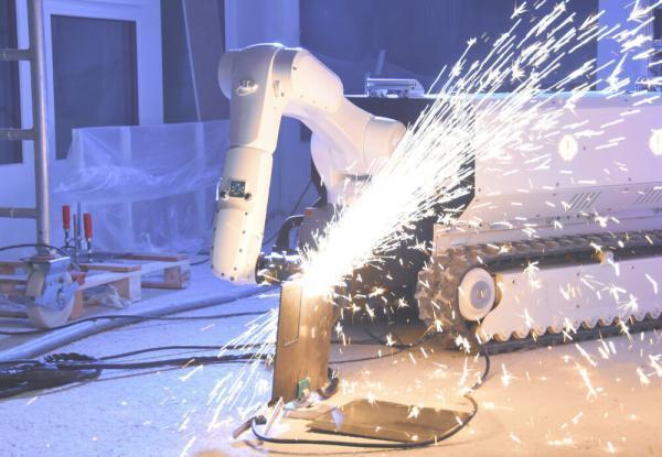 روباتی که در جوشکاری و آجرچینی یاری می نماید